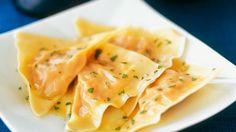 Bei der leckeren Füllung brauchen wir keine Soße: Kürbis-Ravioli | http://eatsmarter.de/rezepte/kuerbis-ravioli