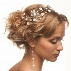 Penteado dedicado a casamentos,com enfeites de pérolas e flores!