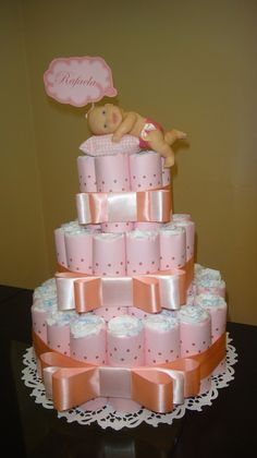bolo-de-fraldas-azul-com-poa-marrom-azul-de-bolonha-marrom. Baby Shower Cakes, Baby Shower Gift Basket, Baby Hamper, Baby Shower Diapers, Baby Shower Gifts, Baby Shower Parties, Baby Nappy Cakes, Unique Diaper Cakes, Disney Diaper Cake