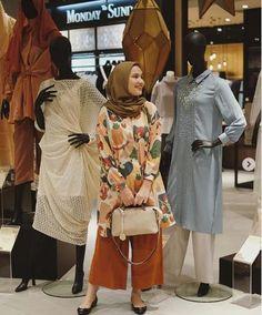 Tampil Kece dengan 10 Ide Mix and Match Tunik ala Selebragm Dwihanda Casual Hijab Outfit, Ootd Hijab, Hijab Chic, Hijab Dress, Casual Outfits, Muslim Fashion, Modest Fashion, Hijab Fashion, Fashion Dresses