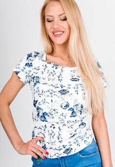 Letné biele dámske tričko s potlačou malých modrých kvetov. Tričko je z pohodlného materiálu, má krátky rukáv a okrúhly výstrih. Modeling, Floral Tops, Women, Fashion, Moda, Modeling Photography, Top Flowers, Fashion Styles, Models