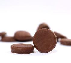 Mintkakor Láminas de chocolate Chocolate con leche relleno de una refrescante crema de menta. ¡Un placer adulto! http://www.oomuombo.com/#/es/good-sweets/nuestras-golosinas/pick-and-mix/chocolate/mintkakor