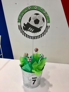 Centro mesa Fiesta futbol Soccer Theme Parties, Soccer Party, Grad Parties, Party Themes, Soccer Centerpieces, Soccer Baby Showers, Soccer Banquet, Soccer Birthday, Baby Shower Invitaciones