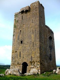 How to Save the Most on Cheap Beach Vacations Castle Ruins, Castle House, Medieval Castle, Ireland Vacation, Ireland Travel, Abandoned Castles, Abandoned Places, Monuments, Castles In Ireland