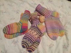 Perussukat Operaatio Joulun lapsen keräykseen. Jokaisessa sukassa Novitan vaahtokarkki raitalankaa. Isommissa seurana vaalea liila, keskimmäisissä liila polkka ja pienissä sateenkaari raitalanka.