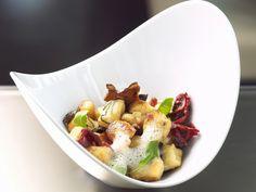 Ricotta-Kartoffel-Gnocchi mit Entenbrust, Pilzen und luftiger Parmesansoße - smarter - Zeit: 1 Std.  | eatsmarter.de