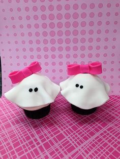 Girly Ghost Cupcakes--bows are optional Halloween Food Crafts, Theme Halloween, Halloween Birthday, Halloween Ghosts, Halloween Treats, Ghost Cupcakes, Yummy Cupcakes, Cupcake Art, Cupcake Cookies