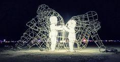 Voici ce que Milov a écrit au sujet de la signification de la sculpture : «Elle démontre le conflit entre un homme et une femme et l'expression intérieure et extérieure de la nature humaine. Leurs êtres intérieurs sont illustrés en tant qu'enfants transparents, qui tiennent leurs mains à travers le grillage. Lorsque la nuit tombe, les enfants se mettent à briller. Voilà le symbole de la pureté et de la sincérité qui rassemble les gens et leur donne une chance de se réconcilier lorsque des…