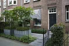 Low metal fence with modern and traditional elements in the landscaping | PUURGROEN