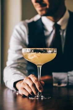 The complex history and simple recipe of the French This classic prohibition cocktail will blow you away! Cocktail Drinks, Cocktails, French 75, Classy People, Wmbw, Save Water, Champagne, Easy Meals, Gin Lemon