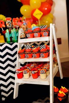 cupcakes e mini mousses de maracujá com chocolate também foram decoradas com o tema escolhido para esse aniversário de menino: o filme Carros, com McQueen e seus amigos