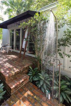 También puede haber modernismo en tu jardín, ¿Que tal intentar con esta ducha rodeada de naturaleza?