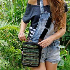 Bolsa Transversal Lagoa Rústica Preta :: feita em lona com aplicação de tecido de estofamento reaproveitado pelo grupo Busson Eco Arte