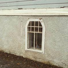 Ei ole mitään syytä miksei kellarinkin ikkuna voisi olla korea. Tätä havainnollistaa tämä pikkuruisen jugendtalon katujulkisivun ikkuna viistettyine yläpuitteineen ja ruutujakoineen. #noonhanseaikasöpö #mielumminrahatikkunoihinkuinlisäneliöihin #rakennusperintö #byggnadsvård #julkisivu #puutalo #vanhatalo #vanhattalot