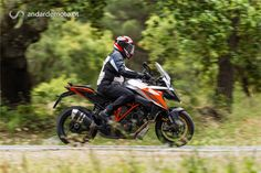 """Não há forma de explicar bem o que é esta moto. Nem os números impressionantes da ficha técnica conseguem transmitir o que realmente vale esta nova KTM destinada a """"viagens rápidas"""". Mas vamos tentar!"""