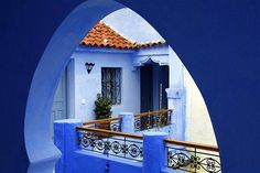 Peering through a powder-blue archway in Chefchaouen. Image by Jean-François Gornet / CC BY-SA 2.0.