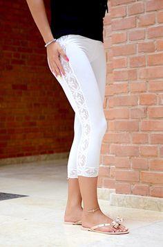 Niezwykle wygodne legginsy w modnym fasonie 3/4.Posiadające seksowne koronkowe elementy. Pięknie dopasowują się do figury, oraz stanowią dopełnienie dziesiątek stylizacji.
