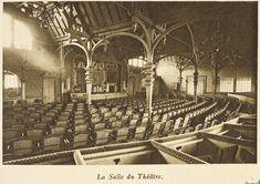 Para atraer al público, en la primera planta de la torre Eiffel se instalaron tiendas de regalos, restaurantes e incluso un teatro. Gran parte de estas estructuras se eliminaron unas décadas más tarde.