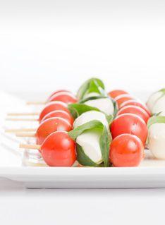 Uma Finger Food muito famosa é o Caprese, ele é uma combinação de tomates cereja(mini tomates), queijo de búfala e manjericão. Eu gosto muito disso !!!