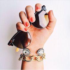 Con estas prendas y accesorios el sol se pondría celoso de cómo lo opacarías de lo lindos que están. Collar de caballito de mar. Perfecto para lucir con un bikini. Un sombrero blanco es lo más fashion del momento para ir a la playa. Tú puedes hacer una playera así. Con clase pero sexy a la vez. Amé […]