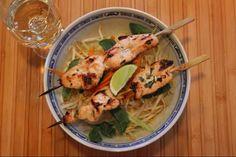 Brochette de poulet vietnamienne | Servir sur un lit de vermicelle de riz, du concombre en lamelle, de la menthe fraiche et un trait de sauce nuoc nam ... Sauce, Chicken, Cucumber, Easy Food Recipes, World Cuisine, Pork, Cubs