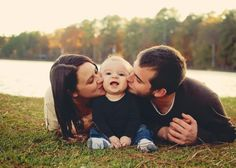kiss from mom and dad - 50 Examples of Family Photography  <3 <3