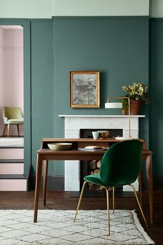 Wandgestaltung: grüne Wände Modern classic study with open fireplace and wooden secretary. Peinture Little Greene, Little Greene Paint, Home Interior Design, Interior Decorating, Decorating Ideas, Interior Styling, Interior Logo, Interior Office, Decorating Websites