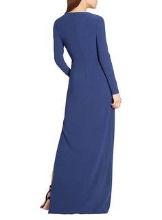 Este increíble vestido está conformado por una falda asimétrica larga y una mini falda por debajo que se deja ver a un costado. En la cintura tiene un delgado cinturón en piedritas que brillan. ¡Te verás muy elegante y sofisticada! Escote en V Cortes asimétricos en la falda Cinturón con pedrería Cremallera invisible en la …