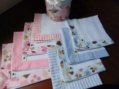 Kit fraldinha de boca, muito delicado, com barrinhas em tecido 100% algodão.  O kit é composto por 4 fraldinhas. As fraldinhas são duplas, medindo 34 cm x 34 cm, marca Dohler ou similar.  As barrinhas podem ser feitas em outras cores. Crochet Edging Patterns, Kit Bebe, Baby Towel, Baby Bibs, Beautiful Babies, Picnic Blanket, Diy And Crafts, Projects To Try, Cloth Diapers