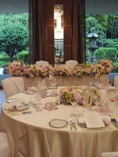 ホテルニューオータニ様へお届けした装花。ゲストテーブルの花は、水に浮かせたキャンドルを取り囲むように。というリクエストで。ちょうどよいガラスの器をだいぶん...