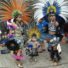 """Enseñando la tradición y cultura desde chiquitos. """"Men and women have an equal responsibility to restore the strength of the family, which is the foundation of all cultures."""" –Haida Gwaii Traditional Circle of Elders lis Native American Beauty, Native American Photos, Native American Tribes, Aztec Costume, Ecuador, Blackfoot Indian, Aztec Warrior, Inka, Mesoamerican"""