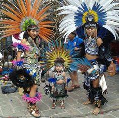 Enseñando la tradición y cultura desde chiquitos. Qué bonita familia!!
