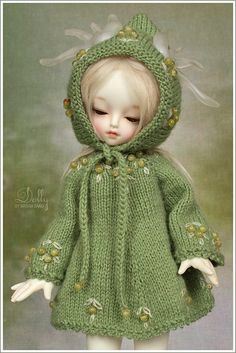 This is not Blythe, but Dolly by Maram Banu, via Flickr - it's here, because of the amazing green hoodie she's wearing...