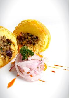 Papa rellena is a similar to the American mashed potato. The main difference is that in the middle it has a delicious ground beef center. It is a comfort f Peruvian Dishes, Peruvian Cuisine, Peruvian Recipes, Latin American Food, Latin Food, Cooking Recipes, Healthy Recipes, Delicious Recipes, Healthy Food