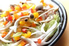 4【カラフル野菜をトッピング】 シメジ・白葱・パプリカ・ 人参をのせて 火が通るまで蒸し、最後に蒸した紫芋、モッツァレラチーズを入れて蓋をする。