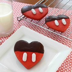 Mickey Valentine Cookies. Sugar cookies mixed with red food coloring, dipped in chocolate, then two icing strips (or you can use white candies or any oblong candy dipped in white chocolate). Definitely making these for Valentine's Day. Valentines Day Cookies, Valentines Food, Valentine Treats, Valentine Recipes, Heart Cookies, Sugar Cookies, Mickey Mouse, Disney Mickey, Chocolate Dipped Cookies