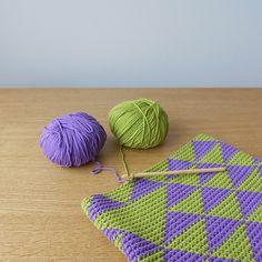 tapestry crochet Parece q teje con 2,3,4, o más hilos al mismo tiempo. El color q no se ve queda dentro y el q se ve vas fuera. Siempre medio punto