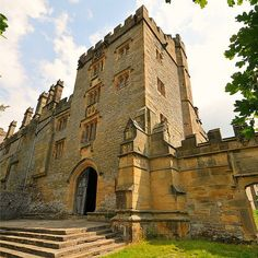 Haddon Hall Beautiful Castles, Beautiful Places, Castle Pictures, English Architecture, Grand Homes, England And Scotland, Peak District, Bakewell Derbyshire, Great Britain