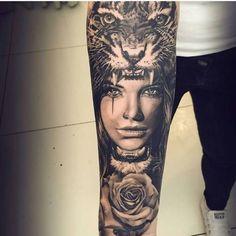 tiger tattoo, frau, rose, tigerkopf, tätowierung, schwarze hose
