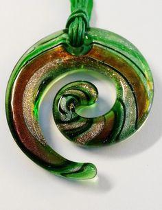 """Murano Kette """"Swirl"""" in grün-gold von Menara d'oro auf DaWanda.com Choker, Beads, Handmade, Necklaces, Nice Asses, Neck Choker, Beading, Bead, Pearls"""