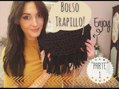 Cómo tejer un bolso de trapillo con flecos fácil - El Cómo de las Cosas Diy Crochet, Crochet Hats, Diy Clutch, Macrame Bag, Crochet Videos, Handmade Bags, Diy Fashion, Crochet Projects, Sewing Patterns