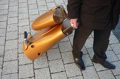 É certo que estamos vivendo em um tempo em que se busca uma maneira mais eficiente para a locomoção. Pensando em uma dessas soluções, uma empresa da Hungria pretende pôr à venda ainda este ano a scooter Moveo, uma motinho dobrável movida a eletricidade.