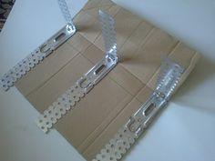 Здравствуйте! У меня одна идея - сделать многоразмерную форму для квадратных плетенок. Под размер моего задуманного дна у меня не нашлось подходящей коробки и пришлось подумать и сделать свой вариант коробки-трансформер. Может кому пригодится...  Мне понадобилось: картон, ножницы с линейкой и фломастером, горячий пистолет, металлические полоски (на них вешают гипсокартон) - ...
