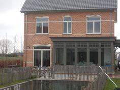 Dit project is een volledige nieuwbouw van houten ramen en deuren, erker, houten veranda en carport. Het resultaat is 1 mooi geheel, passend bij de stijl van het huis.