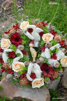 Ručně vázaný věnec zdobený květy a keramickým panáčkem Floral Wreath, Wreaths, Design, Home Decor, Floral Crown, Decoration Home, Door Wreaths, Room Decor