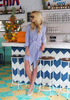 Street style look de como usar listras em vestido chemise listrados e alpargata bege