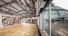 """Vai ficar em Milão depois da maratona de moda? Vogue traz cinco dicas de hotspots que você precisa visitar na cidade. Clique no link da bio e descubra! Acima a exposição """"Give Me Yesterday"""" que reúne o trabalho de 14 artistas internacionais e analisa o uso da fotografia como diário pessoal em cartaz até o dia 12.03 no Osservatorio espaço comandado pela Fondazione Prada na tradicional Galleria Vittorio Emanuele II. (Via @allinecury) @voguenamfw #mfw  via VOGUE BRASIL MAGAZINE OFFICIAL…"""