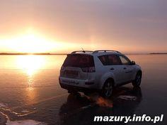 Samochodem po zamarzniętym jeziorze