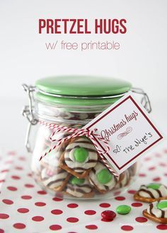 Pretzel hugs gift idea with free printable on iheartnaptime.com ...those pretzel hugs are super easy to make and so yummy!