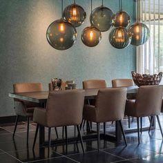 stel zelf je unieke verlichting samen: keuze uit diverse vormen en kleuren glazen lampen aan een plafondplaat naar keuze Dining Room Lighting, Light Fittings, New Homes, Sweet Home, Dining Table, Chandelier, Living Room, English Vocabulary, Inspiration
